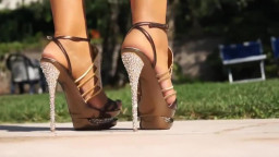 Sexy soles in Lorenzi Gold High-heels w/ Swarovski Crystals by exactly the Pool